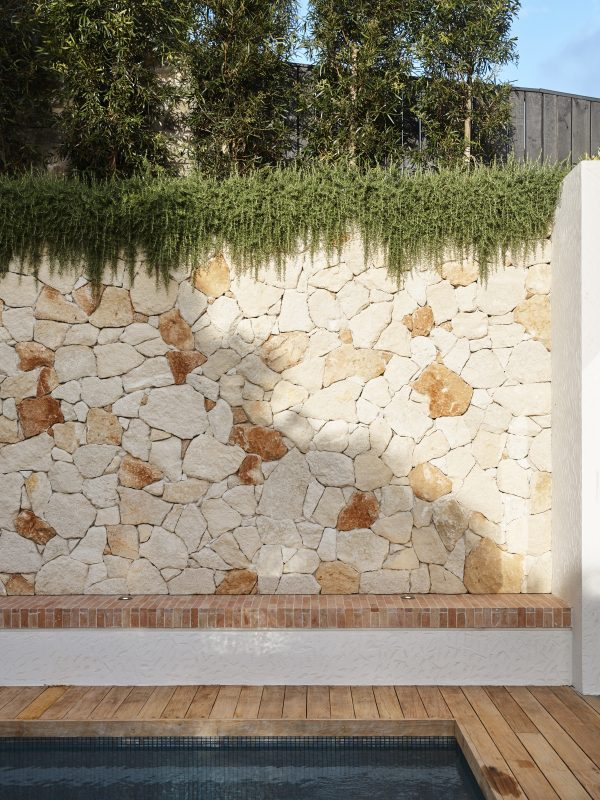 Wyer-Co_Boulder-House_Sandstone-Feature-Wall-Is-Softened-By-Trailing-Greenery_Photography-by-Anson-Smart