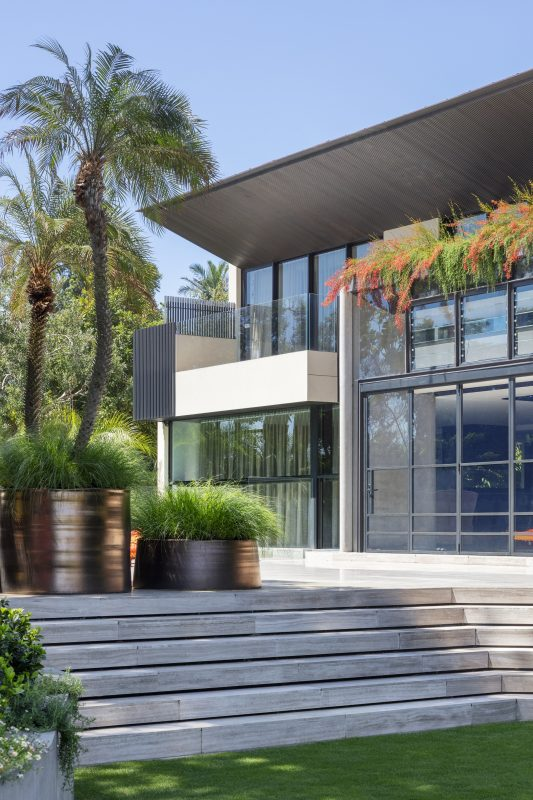 Contemporary-Architecture-Softened-With-Flexible-And-Creative-Landscaping